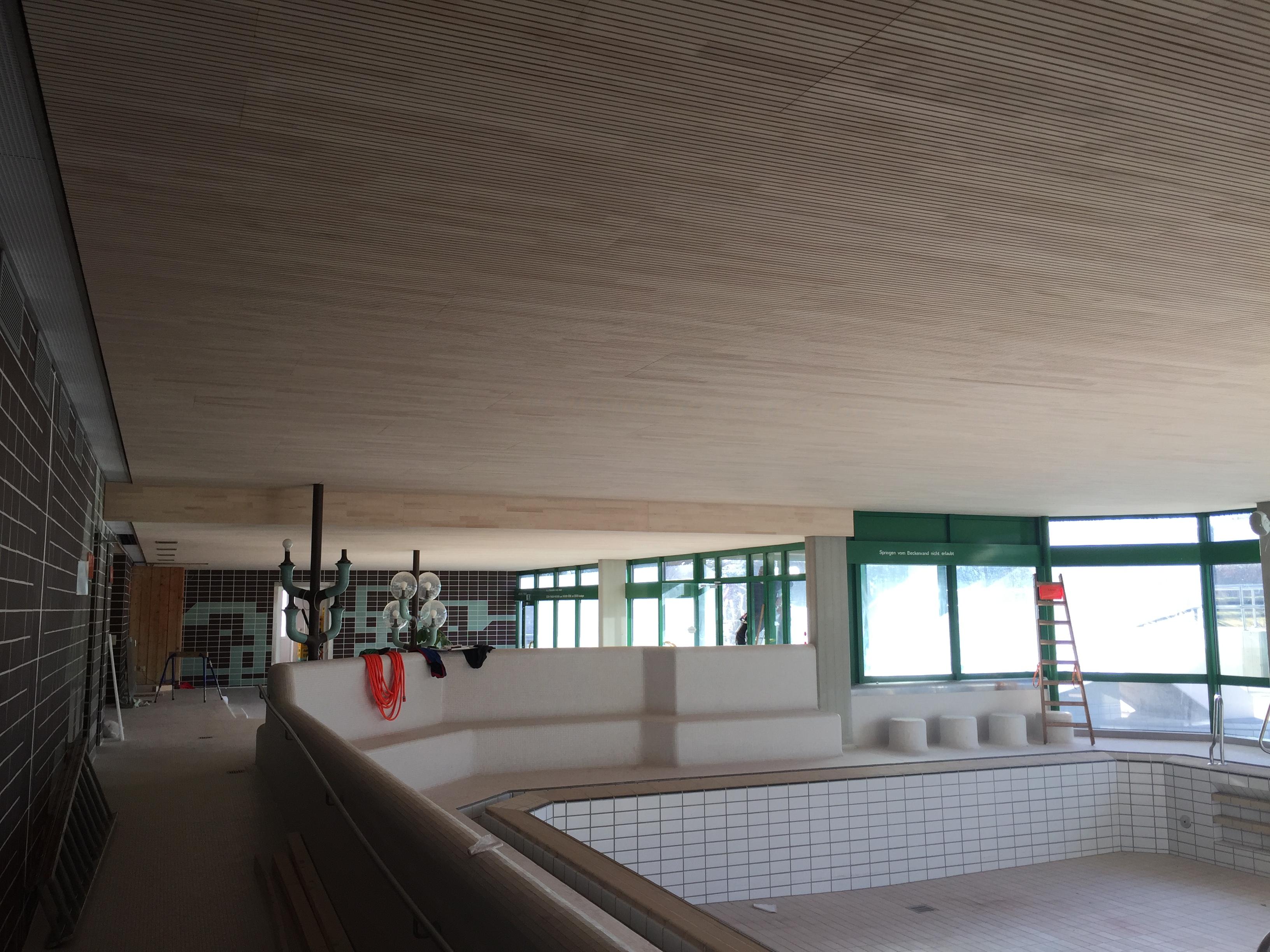 Akustikdecke des Schwimmbads Peißenberg - Zimmerei Lenk