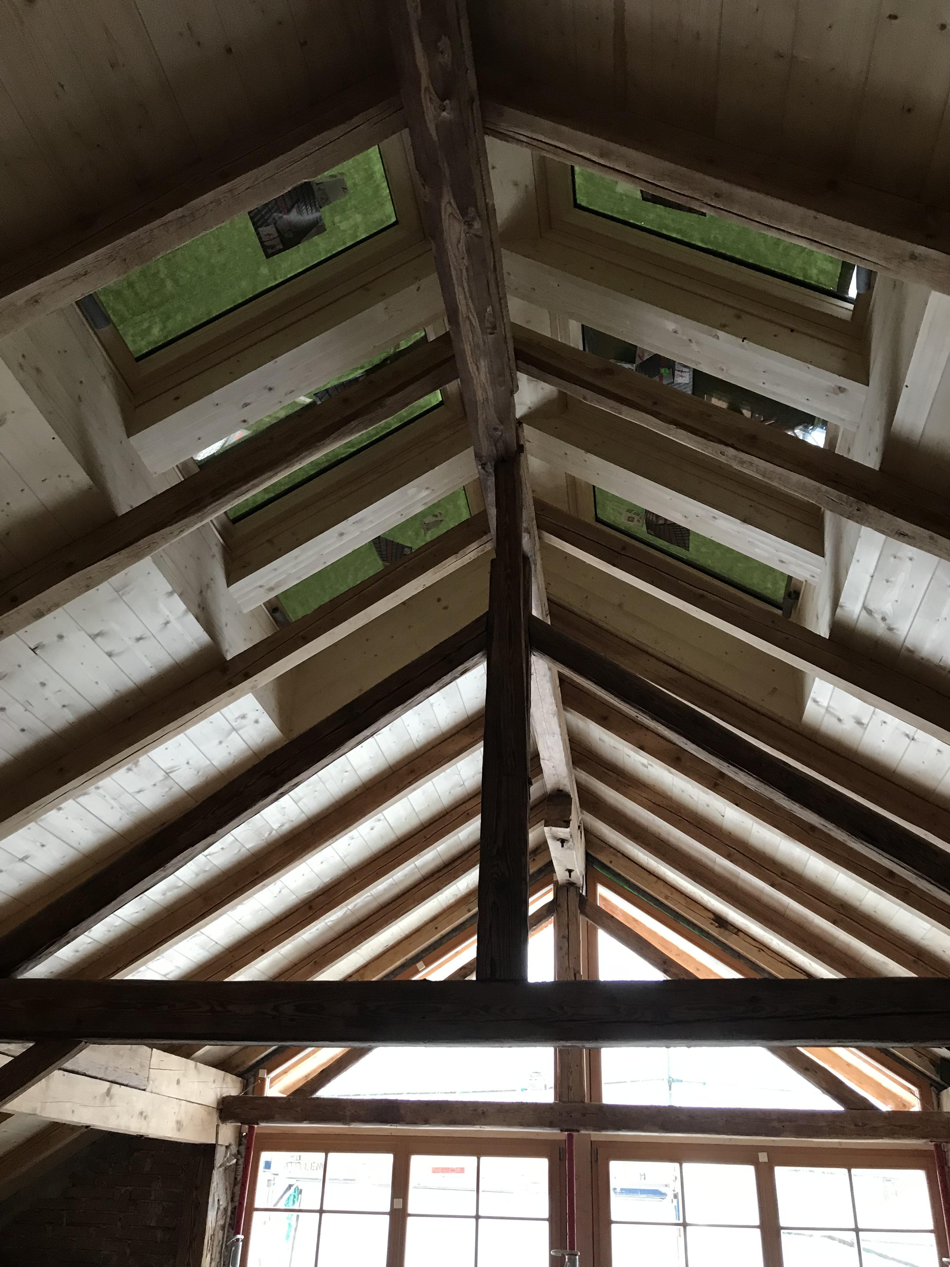 Dachstuhl mit Dachfenster in altem Bauernhaus