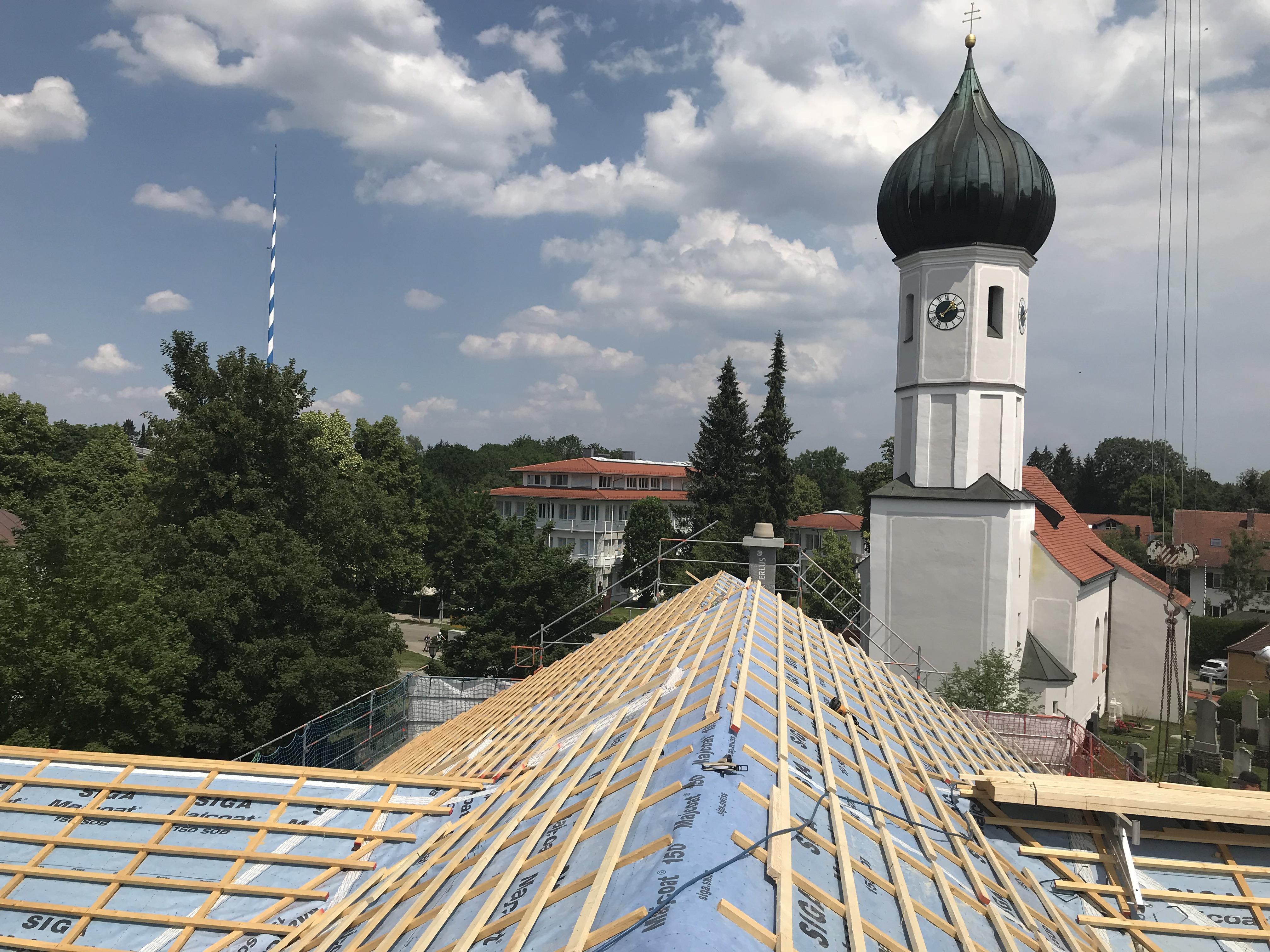 Neuer Dachstuhl mit Dacheindeckung